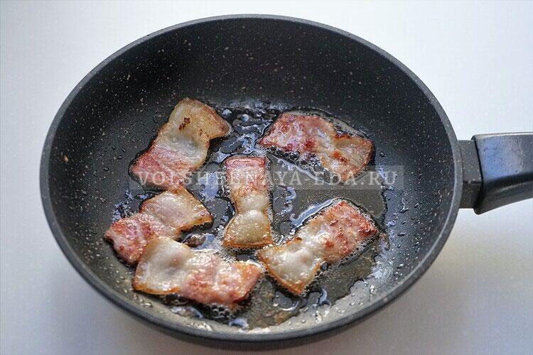 omlet s gribami bekonom i lukom 1