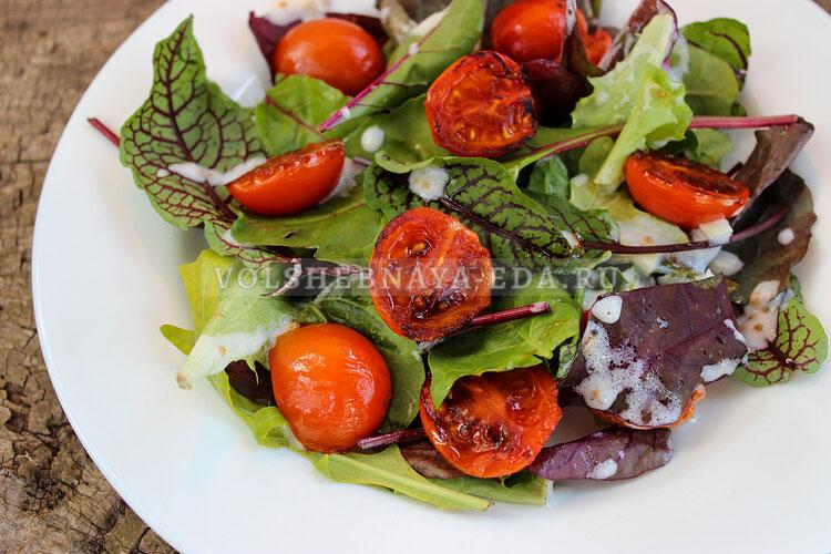Салат с обжаренными томатами черри