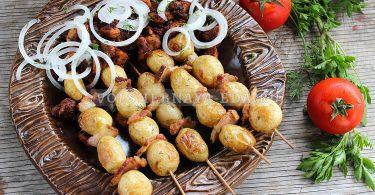 Молодая картошка с салом на шпажках