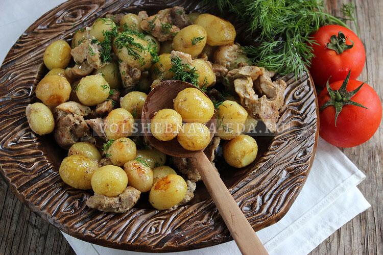 Запеченный молодой картофель с мясом в рукаве