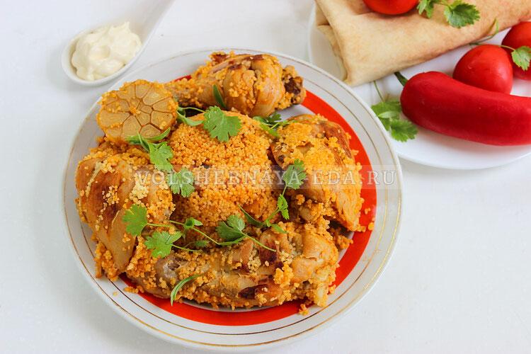 Курица с кус-кусом на сковороде