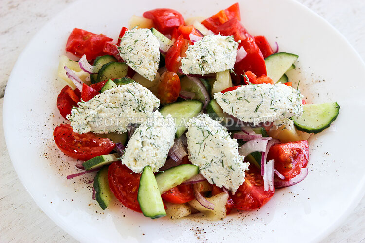 Салат из овощей с творожными шариками