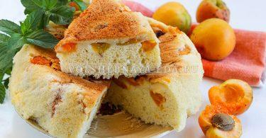 Шарлотка с абрикосами в мультиварке