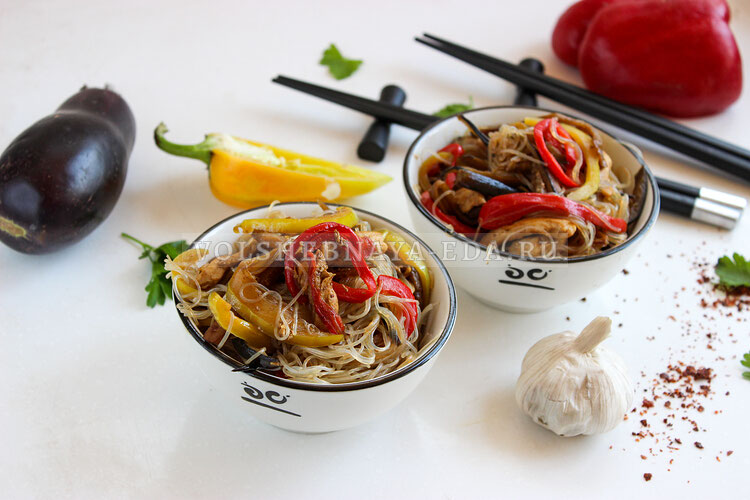 Китайская лапша с курицей и овощами