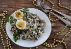 Салат с морской капустой, яйцами и горошком
