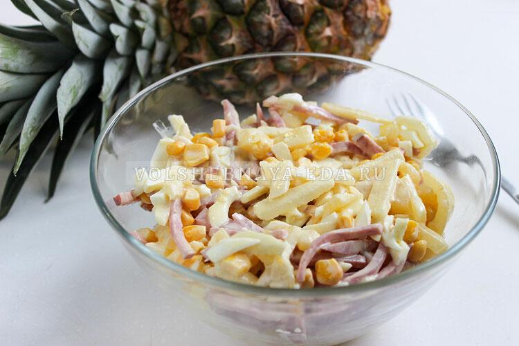 Салат с ветчиной, ананасами и кукурузой