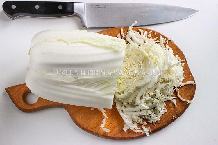 salat s kopchenoj kuricej kukuruzoj i suharikami 1