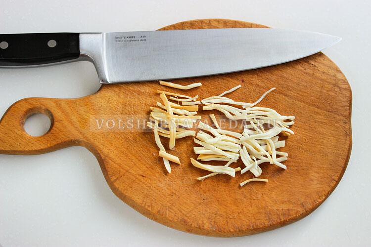 salat s kopchenoj kuricej kukuruzoj i suharikami 4