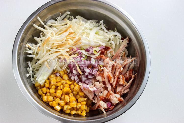 salat s kopchenoj kuricej kukuruzoj i suharikami 5