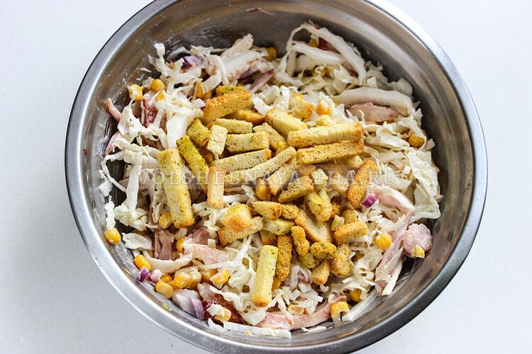 salat s kopchenoj kuricej kukuruzoj i suharikami 6