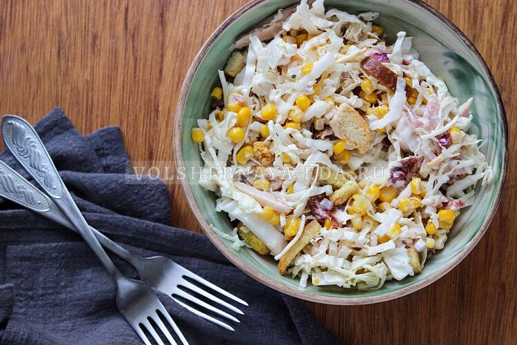Салат с копченой курицей, кукурузой и сухариками