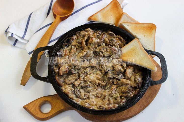 Свинина с грибами в сырном соусе