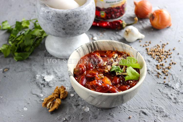 Лобио из консервированной фасоли с томатной пастой