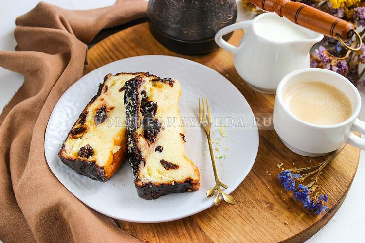 Сырник из творога с изюмом и шоколадной глазурью