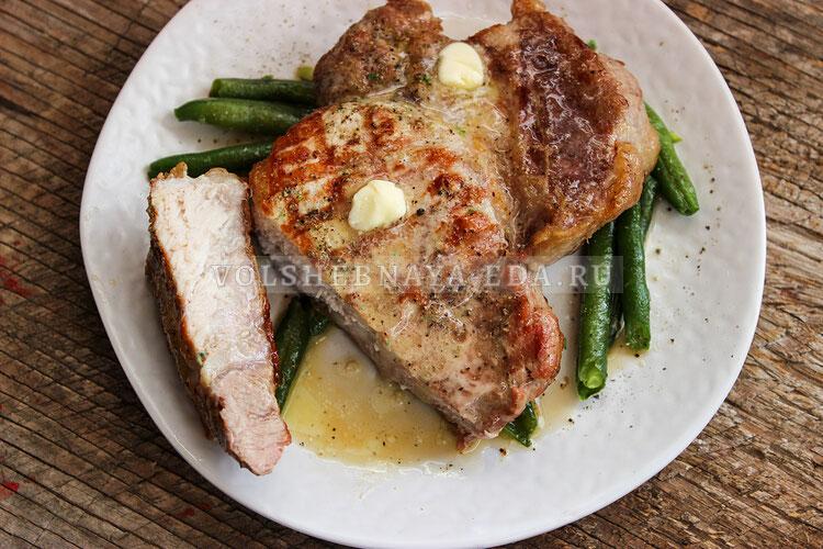 Стейк из свинины со спаржевой фасолью