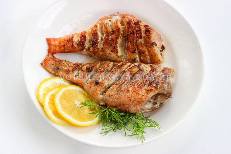 Морской окунь, жаренный на сковороде